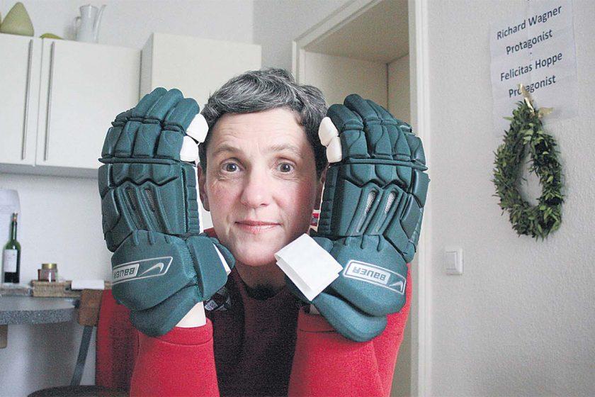Felicitas Hoppe mit den Eishockey-Handschuhen. Foto: Julia Marre